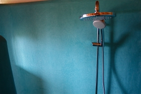 douche en spatwand bad in tadelakt te Geel